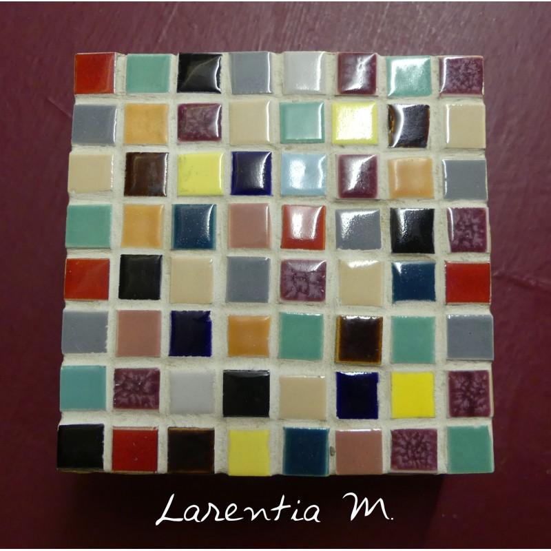 Boite bois peinte carrée (10x10x4cm) décorée de mini mosaiques multicolores