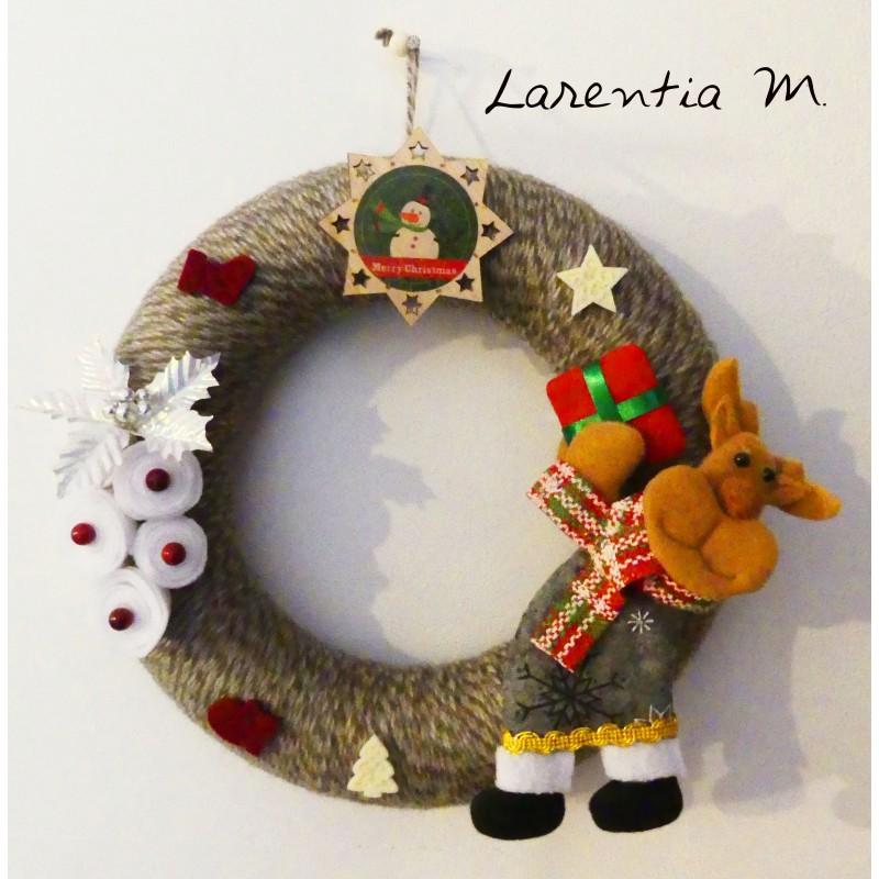 Couronne de Noël 25 cm en polystyrène recouverte de laine grise et beige, roses en feutrine, Renne, motif bois