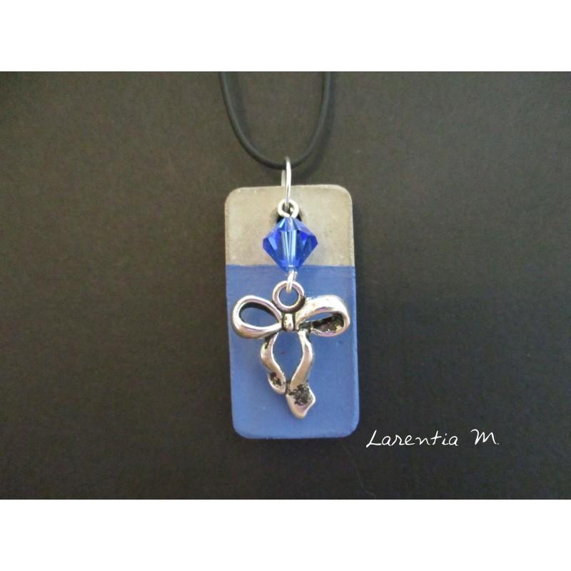 """Collier pendentif """"Noeud"""" avec perle Swarovski bleue sur socle de béton rectangle peint bleu"""