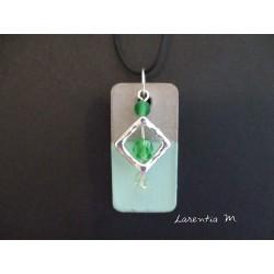 """Collier pendentif """"Carré"""" avec 3 perles vertes sur socle de béton rectangle peint vert"""