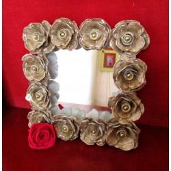 Miroir support en carton fort, décoré de roses découpées dans des boites d'oeufs et perles