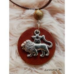 Collier pendentif rond cuir, signe du lion argenté, perle jaspe,cordon marron