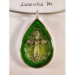 Collier pendentif argenté, inclusion résine avec croix argentée, fond vert et paillettes argent. Ras de cou fil métal argenté.