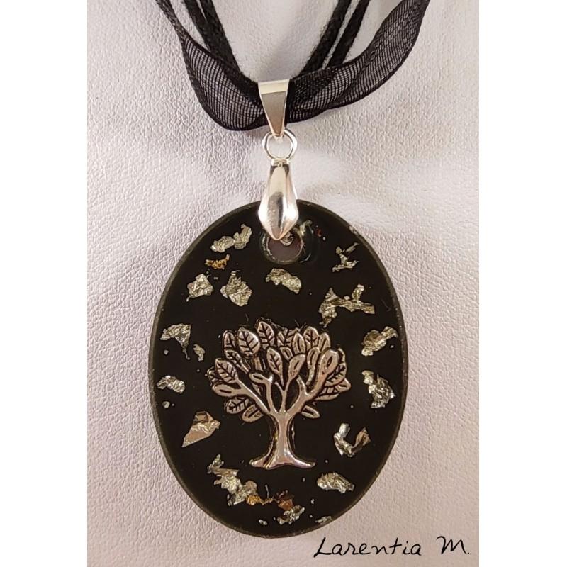 Collier pendentif résine noire avec arbre de vie argenté et feuille métal argent, ruban organza noir