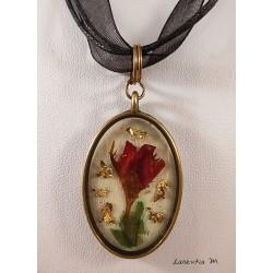 Collier pendentif bronze avec inclusion résine bouton de rose, ruban organza noir