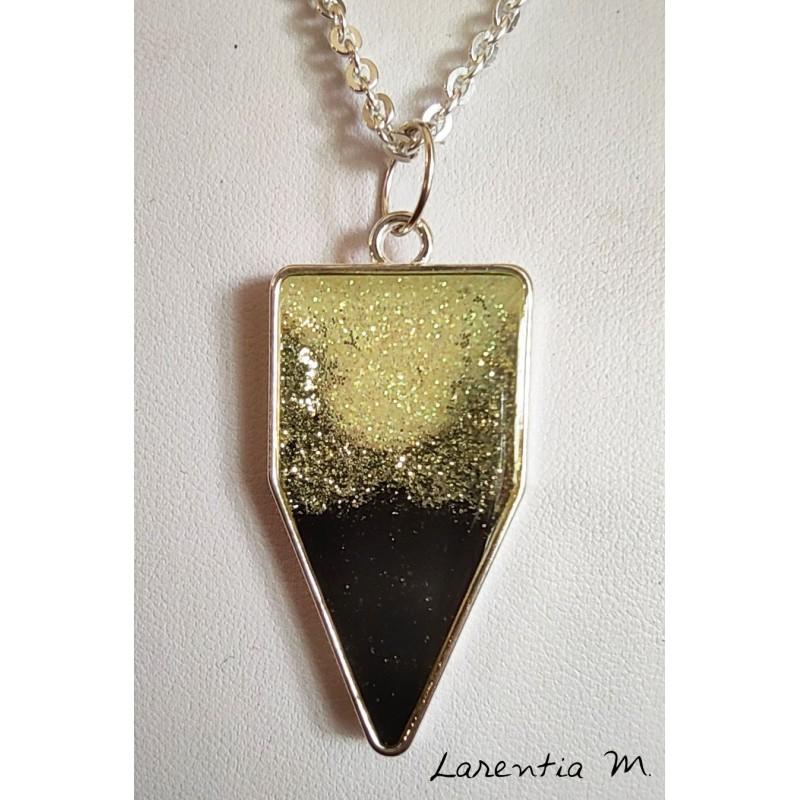 Collier pendentif résine paillettes noir/argent, sur chaîne laiton argenté
