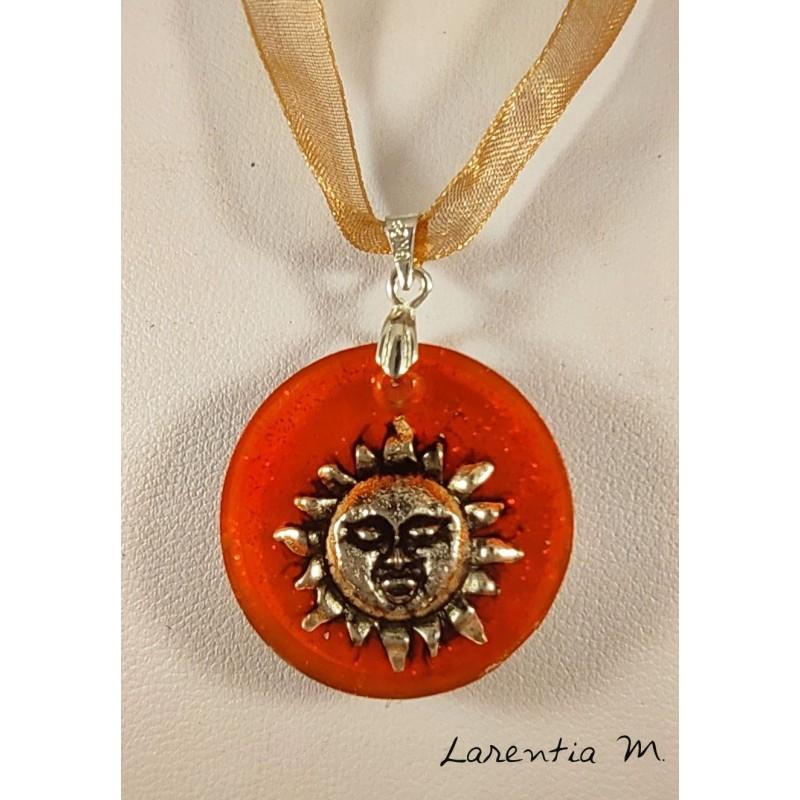 Collier pendentif résine orangé, soleil argenté, ruban organza avec fermoir