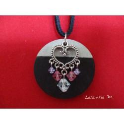 """Collier pendentif argenté """"Coeur"""" avec perles Swarovski sur socle de béton rond peint noir"""