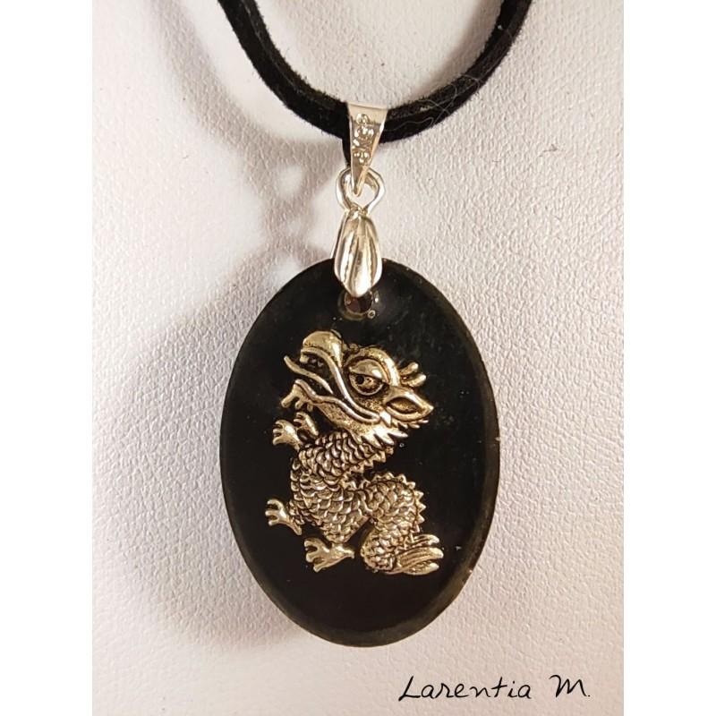 Collier pendentif résine noir, dragon argenté, cordon daim noir