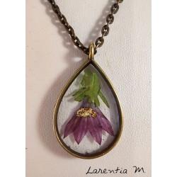 Collier pendentif bronze avec inclusion résine fleur violette, chaîne antique