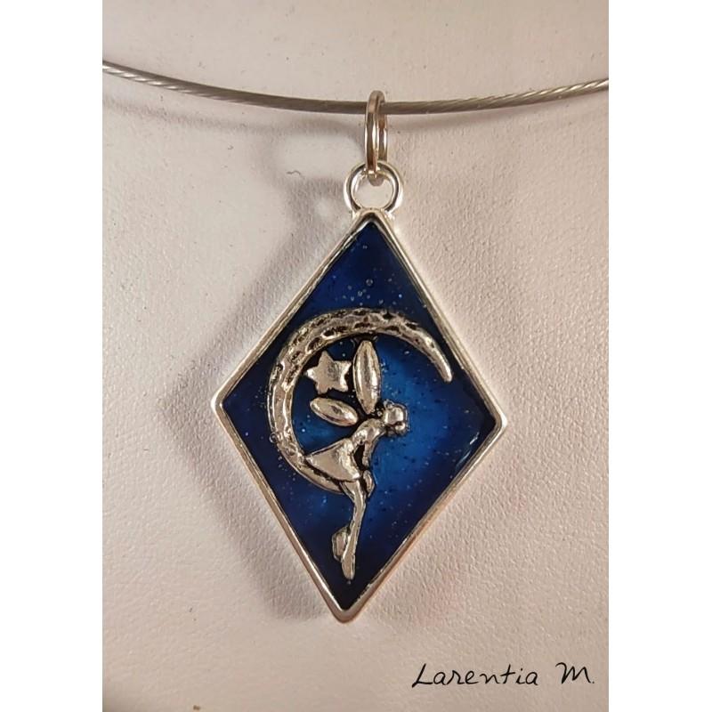 Collier pendentif résine bleue, fée sur lune argentée, ras de cou rigide argenté