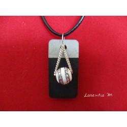 """Collier pendentif """"Perle"""" avec perle blanche argentée sur socle de béton rectangle peint noir"""