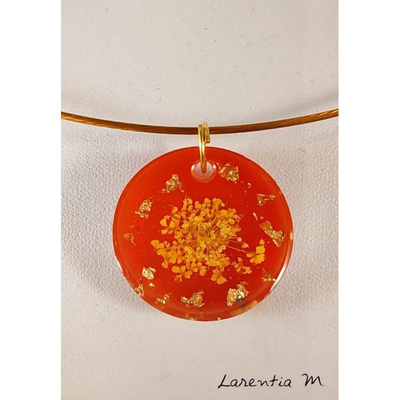 Collier pendentif résine orangé, fleur séchée jaune, ras de cou rigide doré