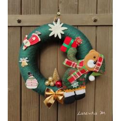 Couronne de Noël 22 cm polystyrène recouverte de laine verte, Ours, sapin doré, motif bois