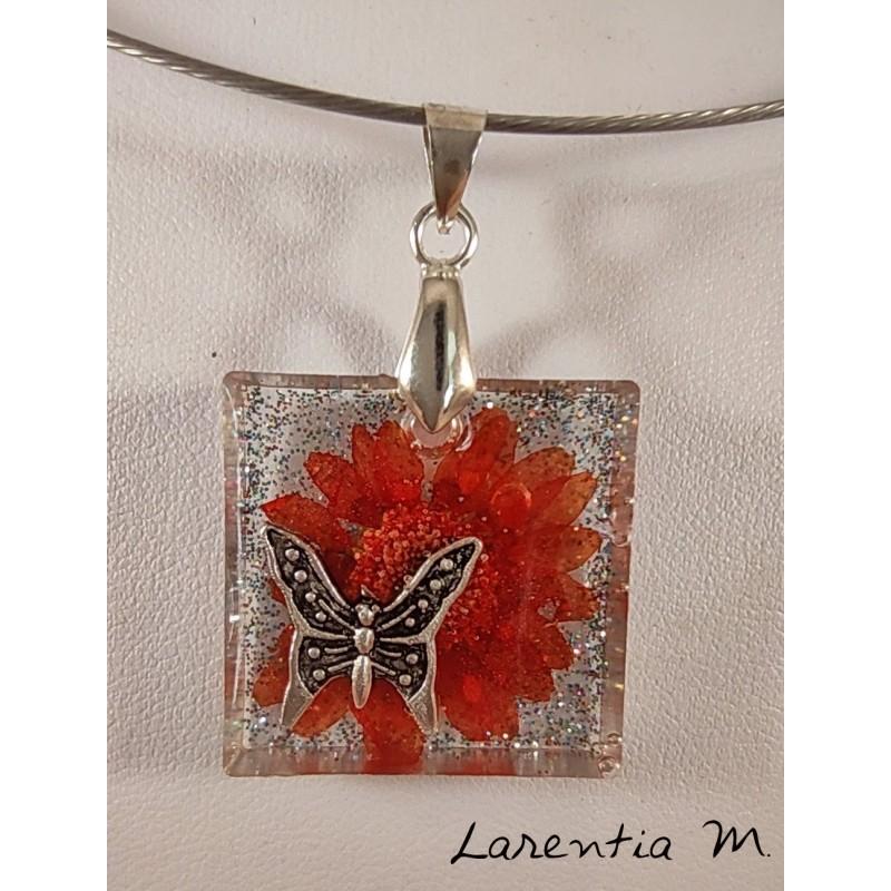 Collier pendentif résine pailletée fleur rouge papillon argenté, ras de cou argenté