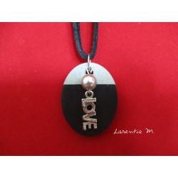 """Collier pendentif """"Love"""" avec perle cirée grise sur socle de béton ovale peint noir"""