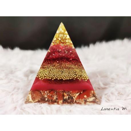Presse papier - Pyramide en résine, billes de verre, paillettes rouges, pierres naturelles