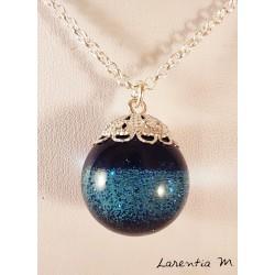Collier pendentif sphère résine paillettes bleues, chaîne laiton argenté