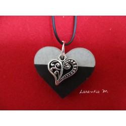 """Collier pendentif """"Coeur"""" argenté sur socle de béton coeur peint noir"""