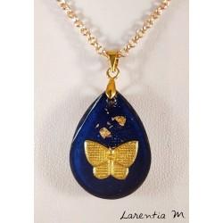 Collier pendentif goutte résine bleue, papillon et feuille dorée, chaîne dorée