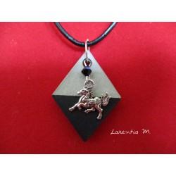 """Collier pendentif """"Cheval"""" avec perle cristal Swarovksi noire sur socle de béton losange peint noir"""