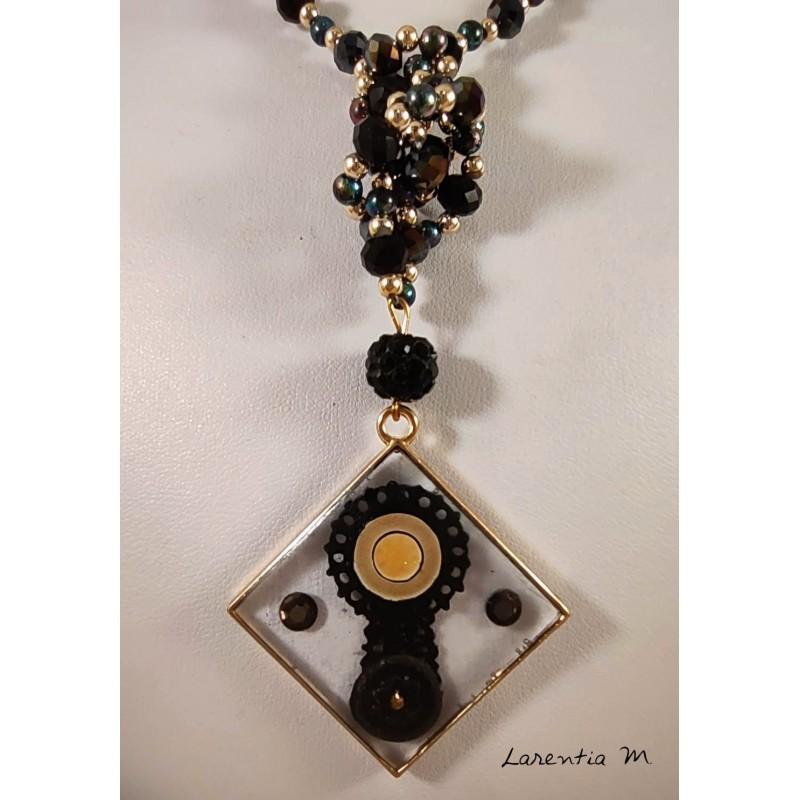 Sautoir en perles de cristal de Bohême noires et or, pendentif en résine avec dentelle et strass, emaux - 65 cm