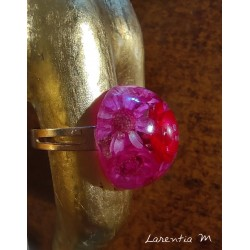 Round ring 2cm in resin, filled with dried flowers, mounted on a golden support