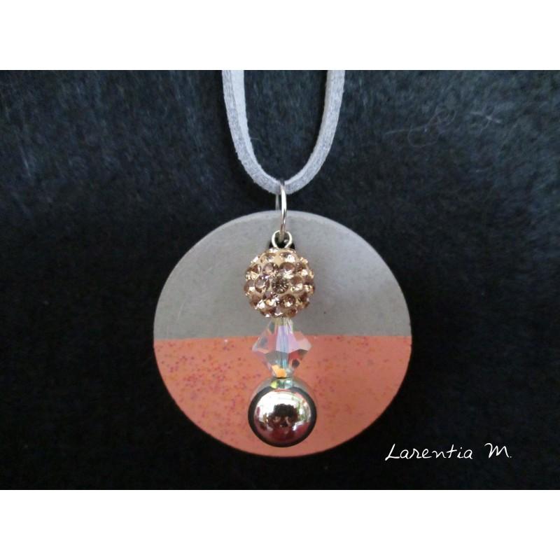 Collier, 3 perles sur socle de béton pêche pailletée