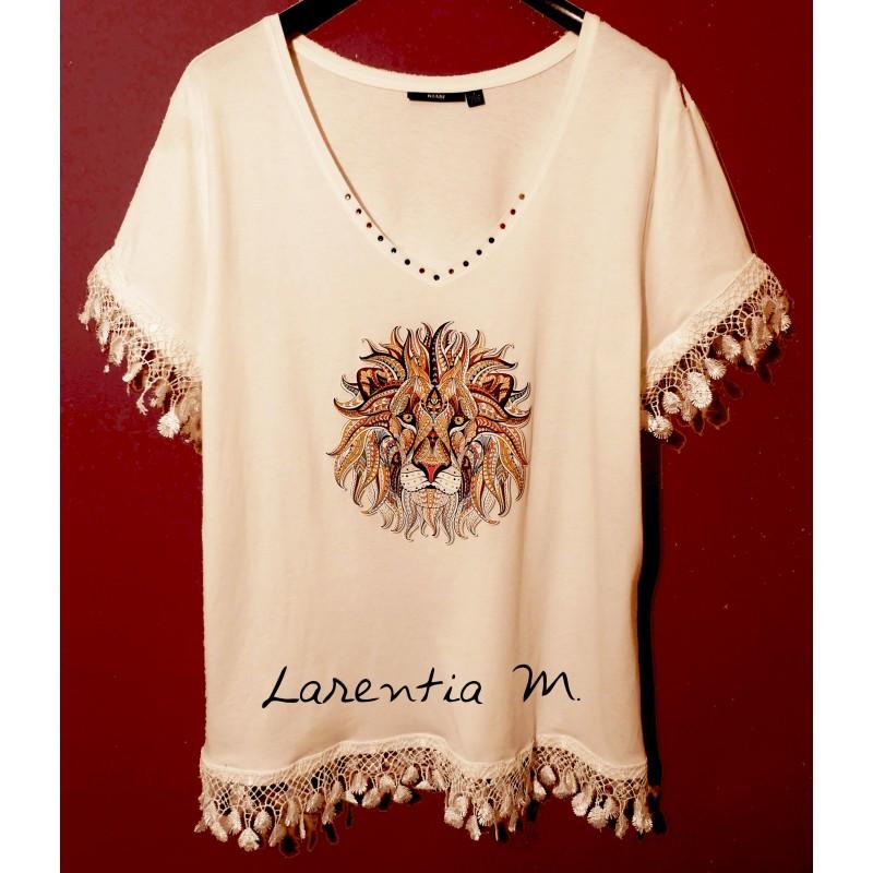 Tee-shirt blanc customisé, en coton, transfert lion, strass cristal encolure, dentelle blanche manches et bas (taille L)