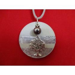 """Collier, pendentif """"Arbre de vie""""avec perle hématite noire sur socle de béton avec bas argenté"""