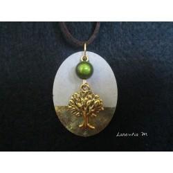 """Collier, pendentif """"Arbre de vie"""" doré avec perle magique verte sur socle de béton avec bas moiré"""
