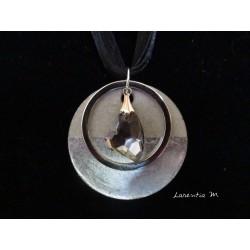 """Collier, pendentif """"Coeur de cristal"""" gris avec anneau argenté sur socle de béton avec bas argenté"""
