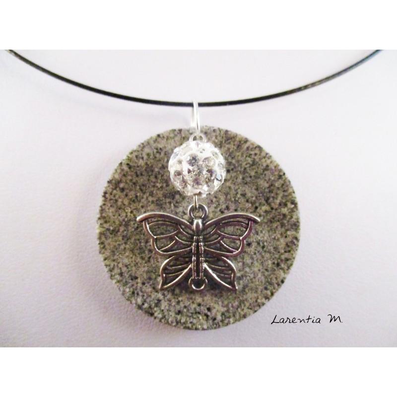 Collier, pendentif papillon argenté et perle shamballa blanche sur socle de granit rond